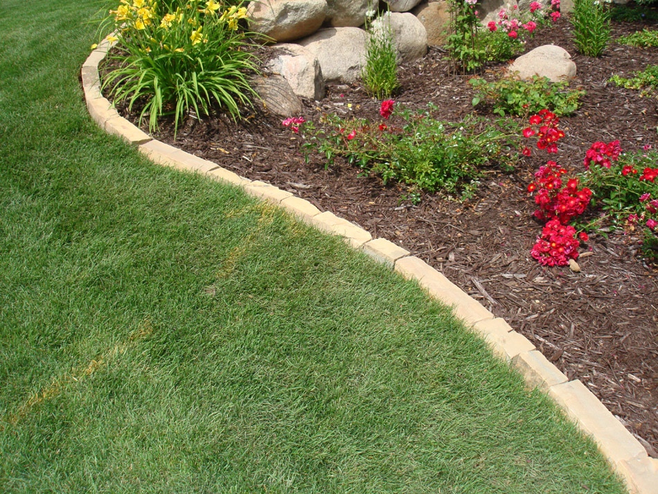 Cn 39 r lawn n 39 landscape landscape edging for Decorative stone garden border